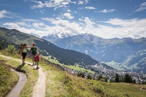 Family hiking in Verbier